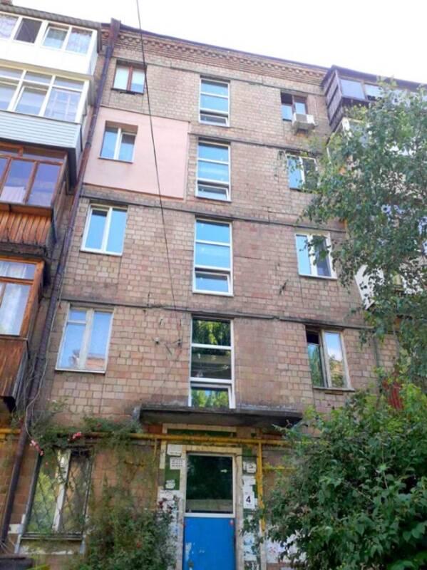 У житлових будинках на Солом'янці масово замінюють вікна