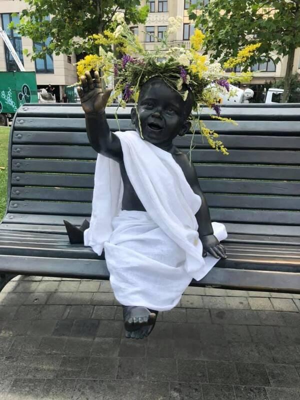 Скульптури малюків-засновників Києва на честь свята Івана Купала отримали нові вбрання (ФОТО)