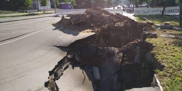 Величезний провал на дорозі зупинив тролейбуси з Виноградаря на Петрівку