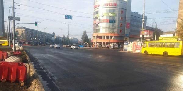 Дарницьку площу вже заасфальтували: рух транспорту відновлено