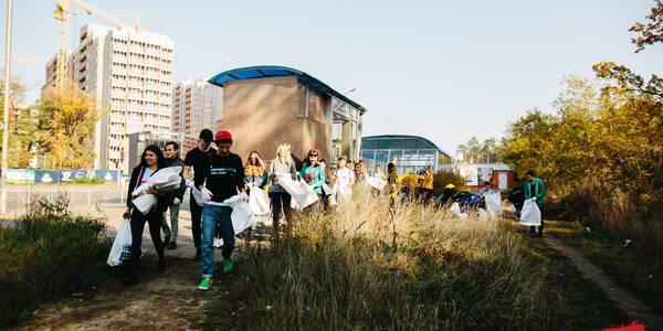Популярні блогери з шанувальниками очистили київський ліс від сміття