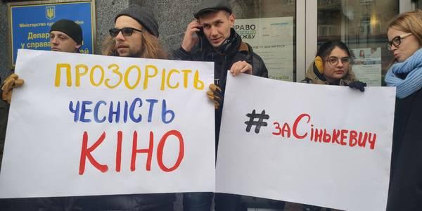 Продюсери та актори влаштували костюмований пікет у центрі Києва