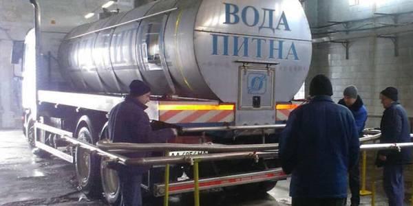 Київводоканал розвозить містом освячену воду