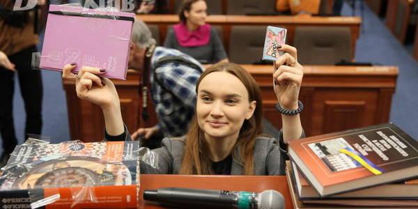 Обійти електроніку: в Київраді голосували гумками і книжками