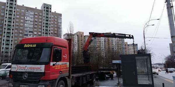 У Києві встановлюють сучасні зупинкові комплекси одразу з торгівлею