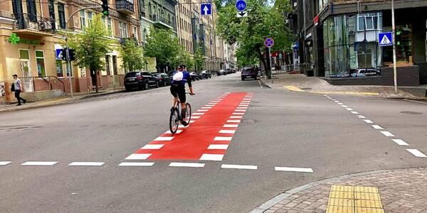 Комунальники показали, як у Києві порушники правил паркування поступаються місцем велосипедам