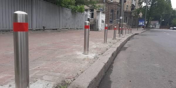Поблизу метро «Арсенальна» встановили антипаркувальні стовпчики для безпеки пішоходів
