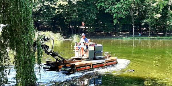 «Амфібія» чистила воду в київському парку
