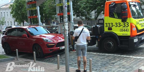 Елітне авто евакуювали з центру Києва
