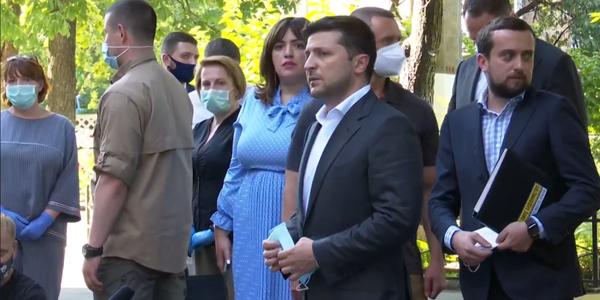 Зеленський вручив ключі від нових квартир постраждалим від вибуху на Позняках
