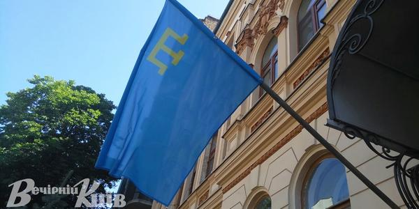 Кримськотатарський прапор підняли на урядовій будівлі у Києві