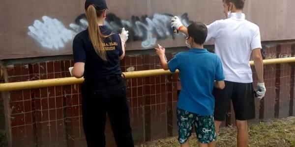 Молодь почистила фасади будівель на Троєщині