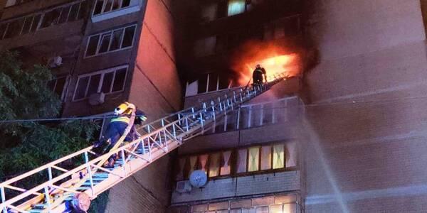 На Троєщині з палаючого будинку евакуювали людей