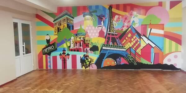 Коридори столичної школи розфарбували веселими картинками