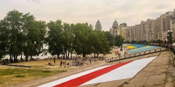 На Оболоні намалювали велетенський прапор Білорусі