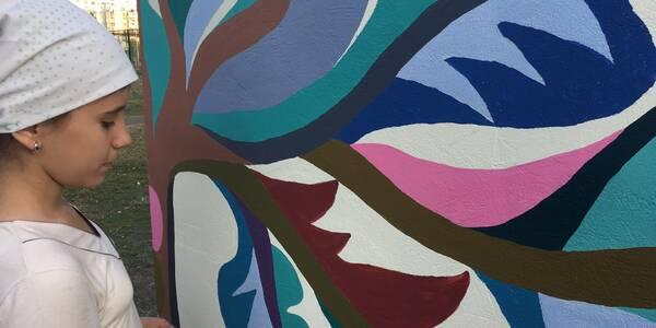 На Троєщині розмалювали паркан школи самчиківським розписом