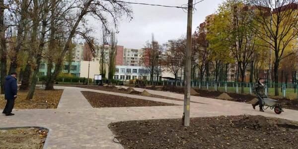 В оновленому сквері Оболонського району висадять сливи та ліквідамбри