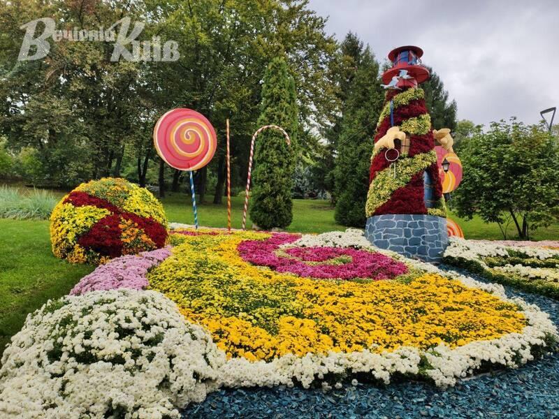 На Співочому полі в Києві відкрилася виставка хризантем: дивовижні фото